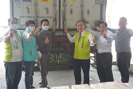 台灣首次將初秋甘藍外銷杜拜,6日在西螺漢光果菜合作社封櫃啟運。