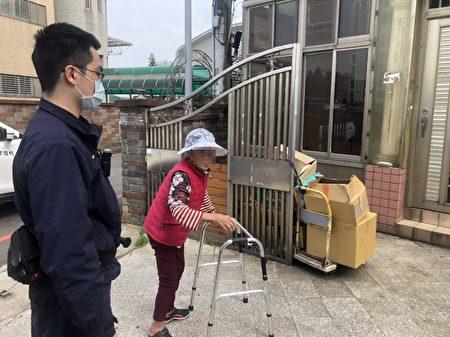 员警费了一番功夫后,总算查出老妇的年籍资料及住处,将她护送返家。