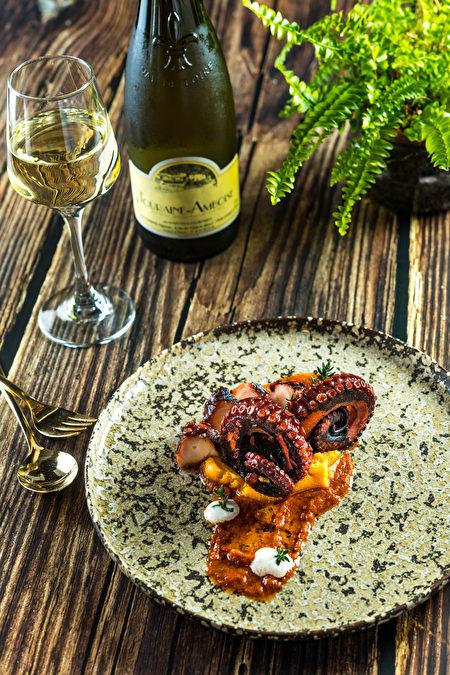 火烤章魚腳是以5小時低溫烹調再火烤炙燒,搭配奶油地瓜泥、優格、大蒜油、新鮮百里香和自製地中海哈里薩醬製成。