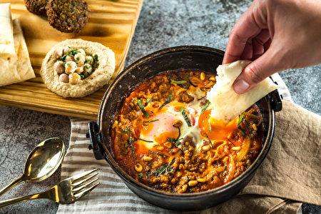 羊肉夏卡蘇卡以壓力鍋烹調羊肉,口感彈嫩細緻,搭配異國香料,滋味濃郁豐富。