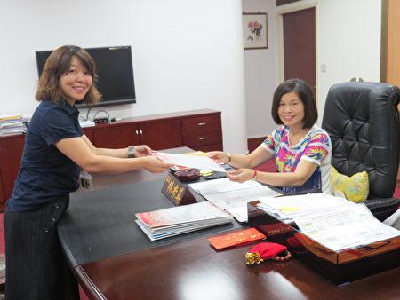 林香美(右)原任中坜区长,被郑文灿市长升任民政局副局长。