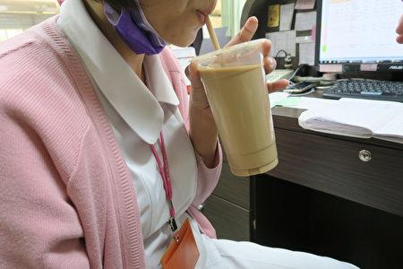 糖尿病患不宜喝含糖饮料。