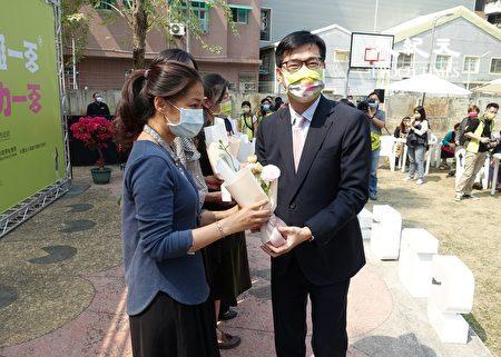 高雄市長陳其邁(右)獻花給婦女團體代表。