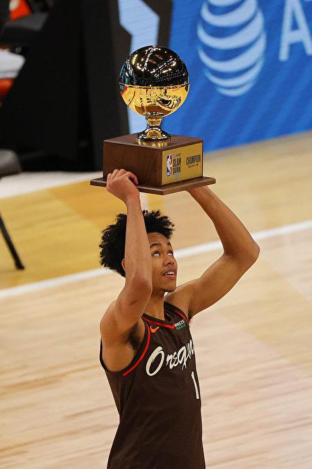 西蒙斯想灌籃同時親一下籃框,雖然失敗但卻獲得灌籃大賽冠軍。
