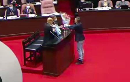 蓝委陈以信5日质询时向苏贞昌与陈时中献花,遭到国民党团送考纪会处分。