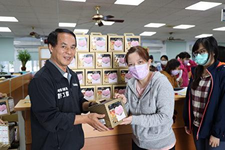 世界婦女節,卑南鄉長許文獻送給所有員工爆米花作為佳節賀禮。