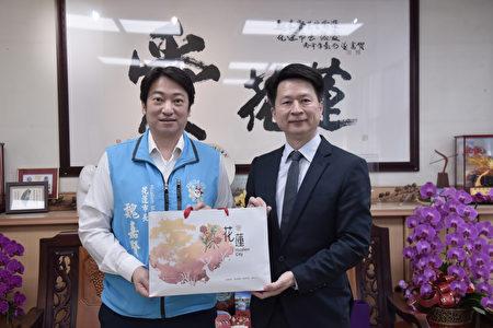 花莲市长魏嘉贤(左)与明道大学周建明交换礼物。