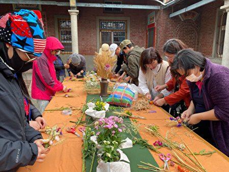 大城鄉民眾利用小麥桿製成手工藝品。