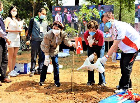 """台积电公司3月12日植树节当日,与桃园、新竹、台南、台中4县市携手""""植树薪传活动""""。"""
