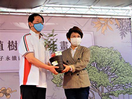 张淑芬说,许孩子一个梦,今日种下的树苗皆为台湾原生种,台积电会再照顾一年。