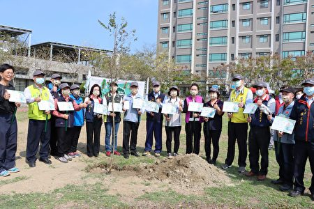 苗栗县长呼吁乡亲植树,绿化家园爱护地球。