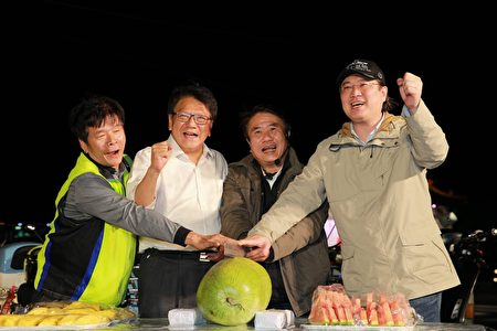 林右昌與潘孟安一起切西瓜慶祝。