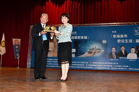 主辦單位IMC活動總召陳潤洋(左)致贈紀念品給沈春華。