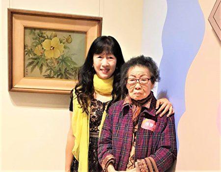 86歲唐雙鳳(右)、趙純妙母女藝術家庭參與聯展,作品展現女性特有的溫婉氣質,及細緻優雅的筆觸。