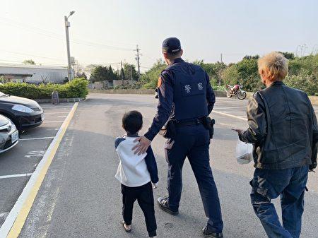 最後員警順利找到男童家人資料,並將男童帶返家。