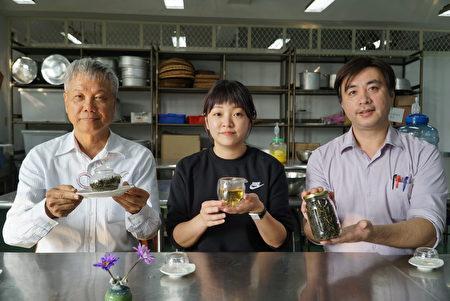 大葉大學食生系許文光老師(右)說,大家可以嘗試自製風味獨特的鳳梨窨茶。
