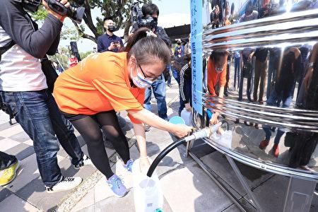 台中市政府與水利署15日在東區帝國糖廠旱災整備演練,圖為臨時用水站。