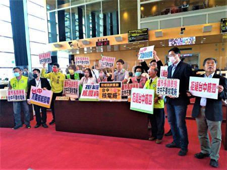 民進黨團手持「台中不要核電廠」等手板要求市長表態。