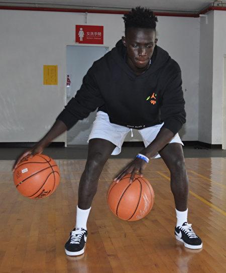 阿比伯自主練習時,隨手抓起兩籃球交叉運球。