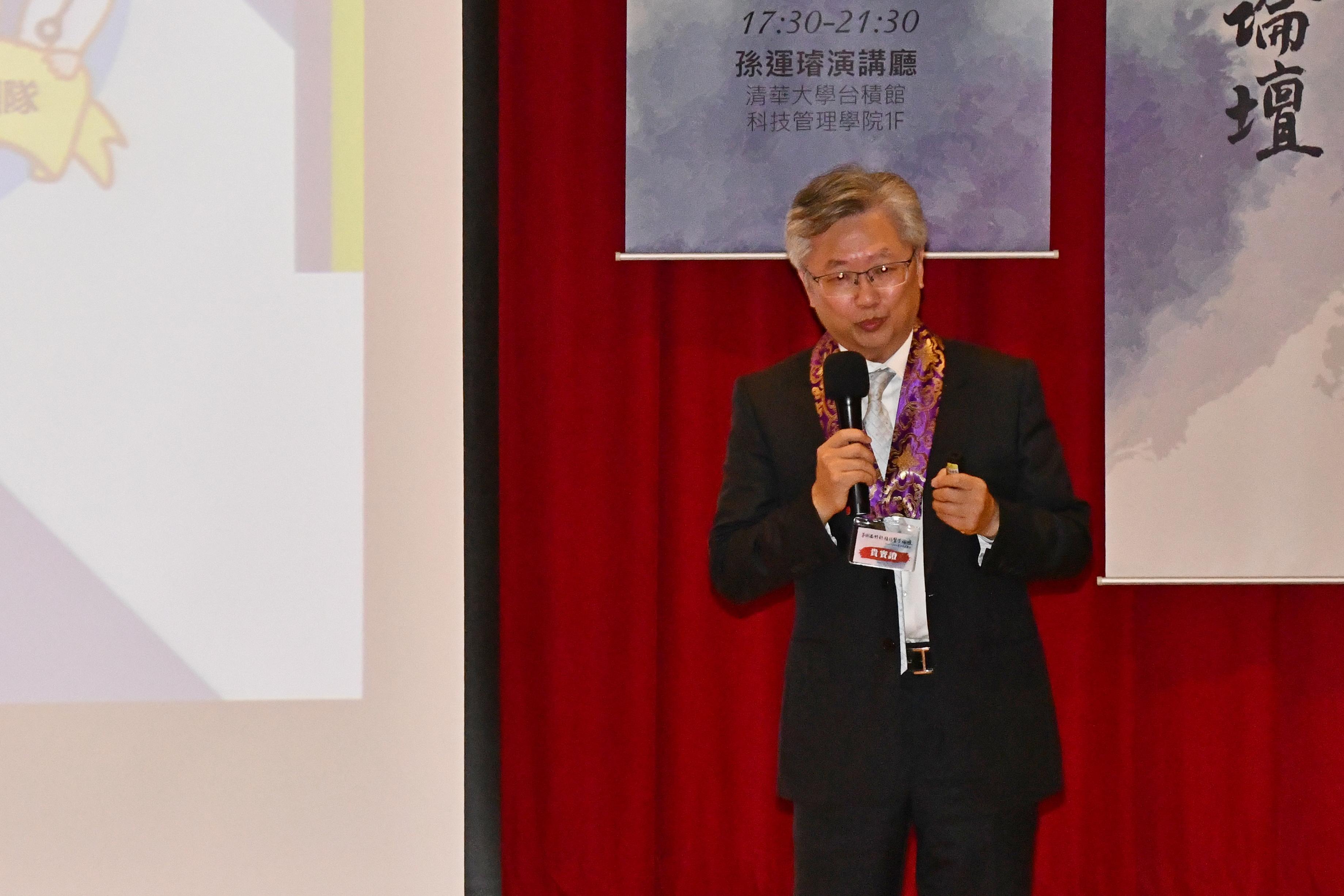奇美醫院副院長鄭天浚演講。(賴月貴/大紀元)