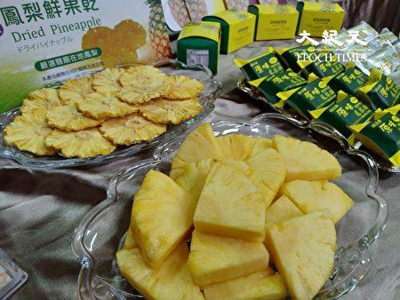 将凤梨切片干燥成鲜果干。