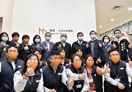行政院长苏贞昌开心与大家合影。