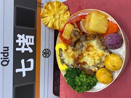 台铁七堵餐务室推出黄金梅花猪排特色便当,每个售价100元