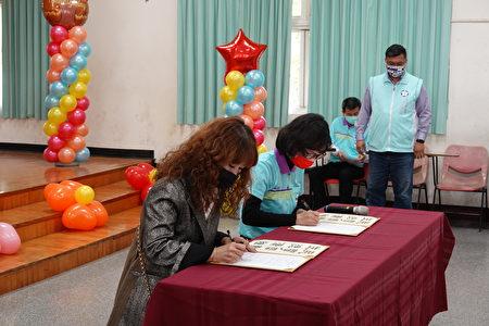 嘉義市民生國中與噴水雞肉飯業者簽署合作意向書,提供學生設計的火雞肉飯便當盒進行販售。