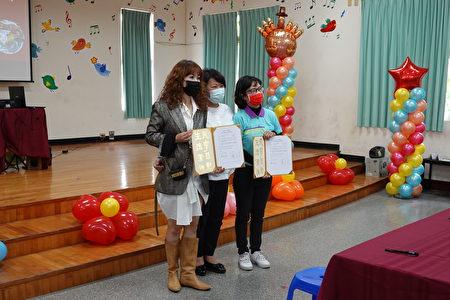 市長黃敏惠當見證人,嘉義市民生國中與噴水雞肉飯業者簽署合作意向書,簽署儀式。