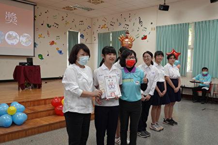 市長黃敏惠依序頒發獎狀予民生國中五位便當盒設計作品得獎學生。