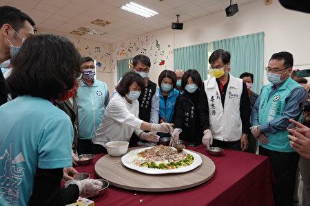 今日校方也安排學生、業者與來賓參與「愛的便當-創意擺盤火雞肉飯實作體驗活動」。
