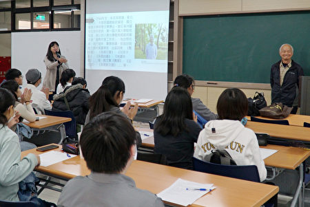 大叶大学张加佳老师(左)的生态文学课程,邀请诗人吴晟(中)与学生分享
