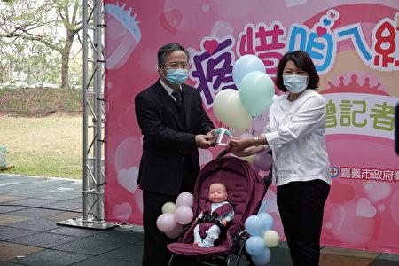 面罩捐赠仪式,由嘉基院长姚维仁(左)赠予市府,由市长黄敏惠代表接受。