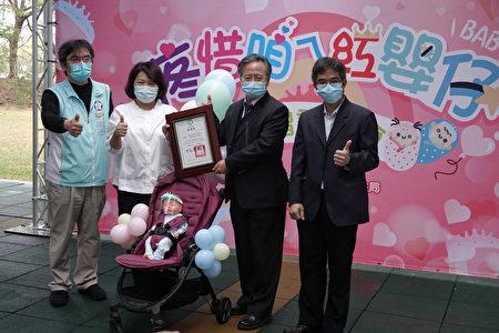 市长黄敏惠(左2)回赠感谢状予嘉基院长姚维仁(右2)。