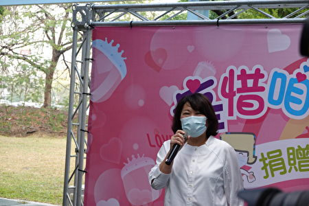 市长黄敏惠在捐赠记者会上表示,面对疫情,幼婴仔戴不了口罩成了不少新手父母最头痛的问题,嘉基的医师看到了,并积极解决问题,首创新生儿防护面罩领先全国,捐赠1000个给市府。