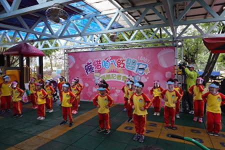 复国幼儿园大班小朋友戴着各种动物造型面罩表演舞蹈,为活动暖场。
