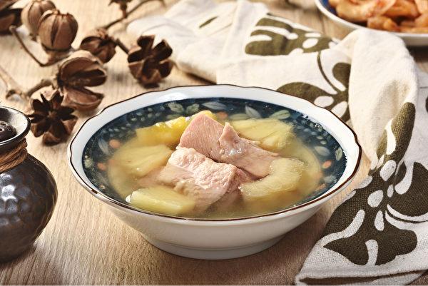 凤梨苦瓜鸡汤可当减肥料理,因凤梨和苦瓜都有助脂肪代谢。(Shutterstock)