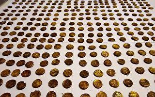 英男子田地里发现1300枚金币 距今二千年