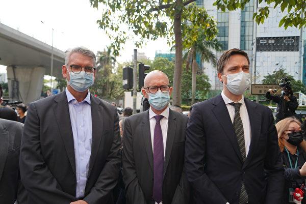 Phó Giám đốc Văn phòng Liên minh Châu Âu tại Hong Kong Charles Whiteley (giữa). (Yu Gang / The Epoch Times)