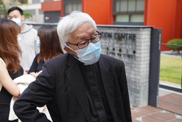 Nguyên Giám mục Công giáo của Giáo phận Hong Kong Joseph Zen Ze-kiun (Trần Nhật Quân) cũng có mặt ở bên ngoài tòa án để ủng hộ 47 nhà dân chủ. (Yu Gang / The Epoch Times)