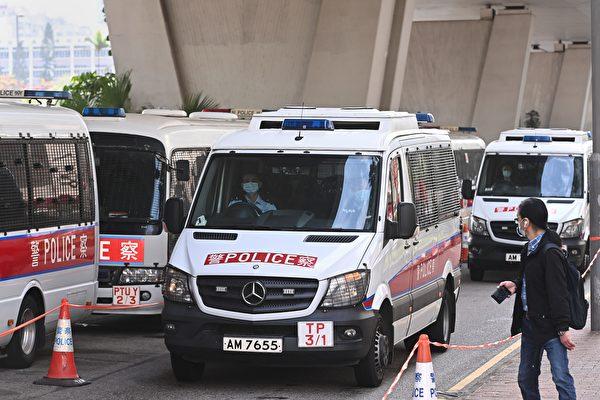 Sáng 1/3, 47 nhà dân chủ Hong Kong bị cảnh sát phân nhóm và đưa đến tòa bằng xe cảnh sát hoặc xe chở tù nhân. (Song Bilong / The Epoch Times)