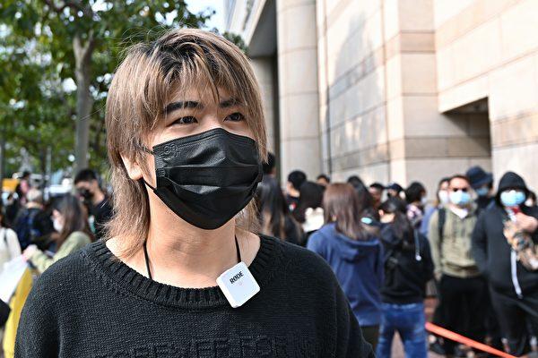 Nam ca sĩ Hong Kong Tommy Yuen Man On (Nguyễn Dân An) cũng có mặt ở bên ngoài tòa án để ủng hộ 47 nhà dân chủ. (Song Bilong / The Epoch Times)
