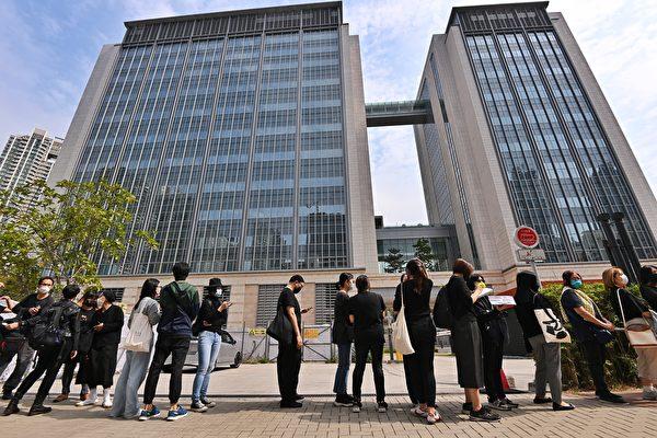3月1日上午,香港47名泛民主派人士在西九龍裁判法院提堂。截止上午11時,前來排隊聲援的人龍已快將法院圍繞一圈了。(宋碧龍/大紀元)