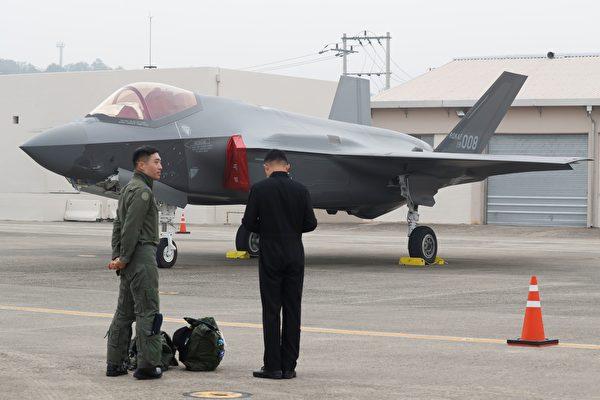 2019年10月1日,一名韩国战斗机飞行员站在大邱军事基地的F-35隐形战机旁边。(Jeon Heon-Kyun/POOL/AFP via Getty Images)