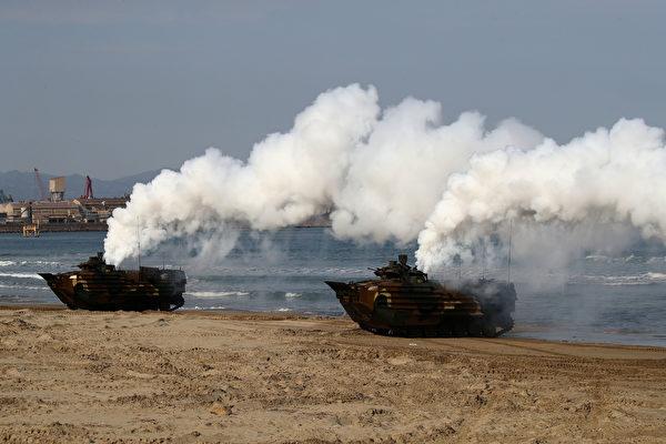 2020年1月14日,韩国海军陆战队的攻击两栖车(KAAV)在浦项海滨军事基地训练。(Chung Sung-Jun/Getty Images)