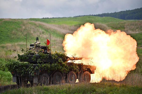2020年5月23日,日本的16式装甲战车在演习中射击。(Charly Triballeau/POOL/AFP via Getty Images)