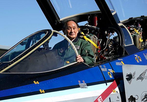 2020年11月28日,日本首相菅义伟视察日本空中自卫队的入间空军基地。(Kimimasa Mayama/POOL/AFP via Getty Images)