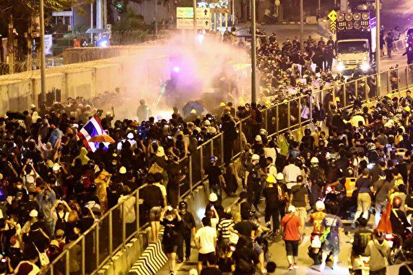 组图:泰国民众上街抗议 要求王室放弃军权
