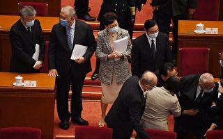 董建華中共人大會議跌倒 須由多人扶起