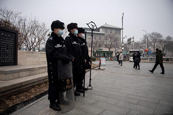中共两会之际,北京连续阴霾天。图为3月5日北京人民大会堂附近,可见阴霾天气状况。(NICOLAS ASFOURI/AFP via Getty Images)